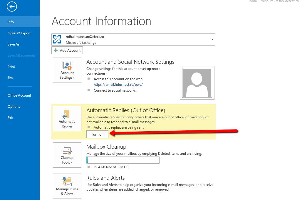 Outlook 2013 te informează că opțiunea de Autoreply / Răspunsuri Automate este activă; pentru a o dezactiva, apasă butonul Turn off / Dezactivare.